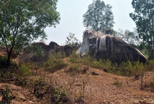 Khu vực quanh miếu Trà Bô Loan từng bị đào bới để tìm kho báu.