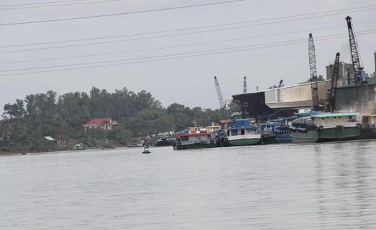 Khu vực cảng nội địa xảy ra sự cố hiện đang được cấp tập chống dầu loang