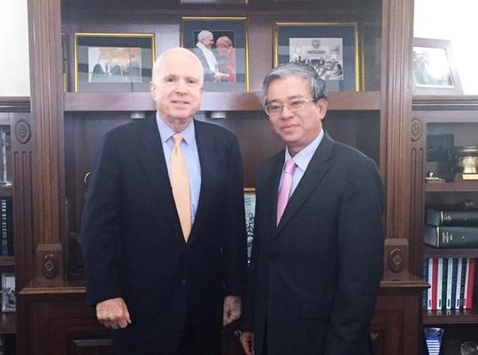 Đại sứ Phạm Quang Vinh trong cuộc gặp gỡ Thượng nghị sỹ Mỹ John McCain - Ảnh: TTXVN
