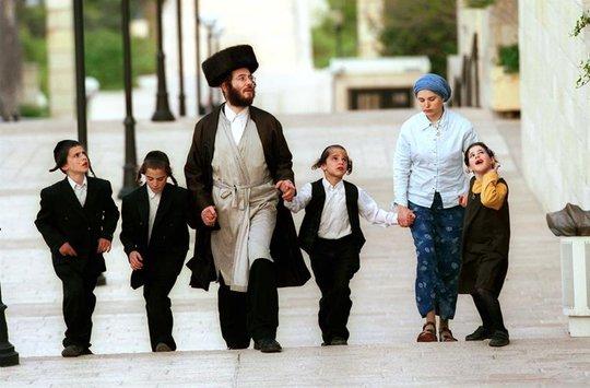 Người Do Thái coi cha mẹ chính là những người thầy đầu tiên dạy con cách giao tiếp.