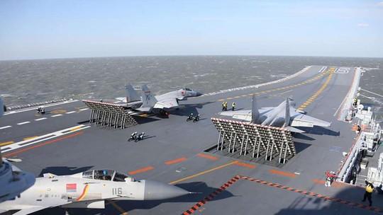 Các chiến đấu cơ J-15 trên tàu sân bay Liêu Ninh trong cuộc tập trận bắn đạn thật. Ảnh: SCMP