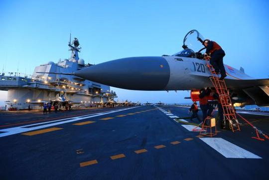 Tàu sân bay Liêu Ninh lần đầu tập trận bắn đạn thật. Ảnh: Reuters