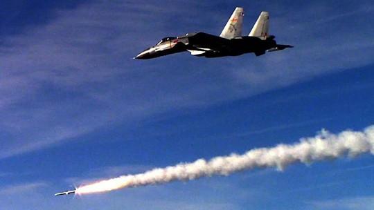 J-15 tập trận cùng tàu sân bay Liêu Ninh. Ảnh: SCMP