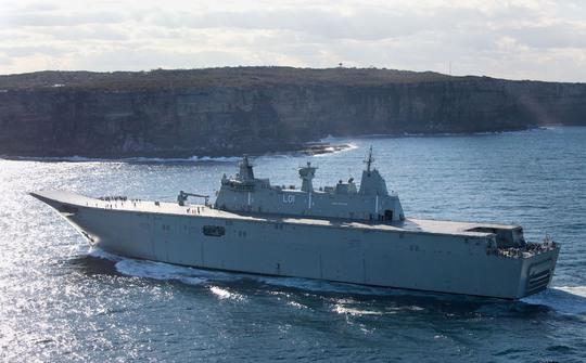 Tàu hải quân Úc HMAS Adelaide đã chặn con tàu đáng ngờ. Ảnh: Hải quân Úc