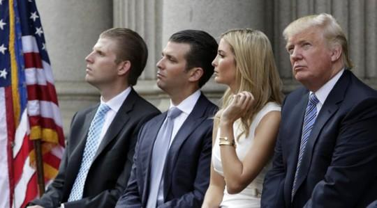 Ông Trump (bìa trái) cùng các thành viên trong gia đình. Ảnh: Reuters