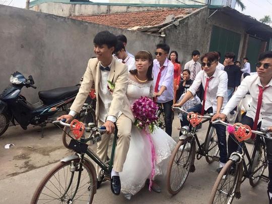 Chú rể rước dâu bằng xe đạp cũ gây sốt cộng đồng mạng