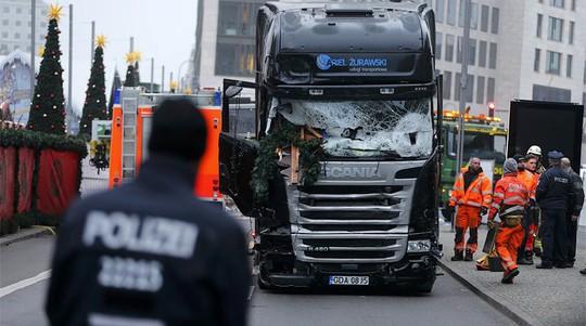Chiếc xe tải đã lao vào khu chợ giáng sinh ở Berlin hôm 19-12. Ảnh: Reuters