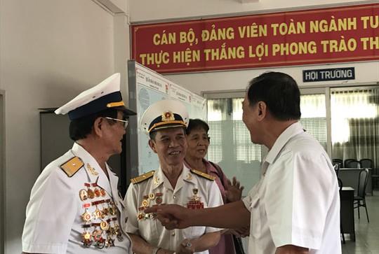 Thuyền trưởng Nguyễn Xuân Thơm (giữa) trong ngày gặp lại đồng đội.