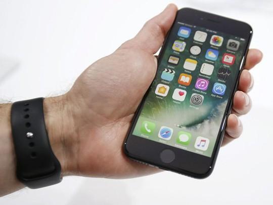 Phím Home mới trên iPhone 7 sẽ không thể sử dụng khi đang đeo găng tay. Ảnh: Independent.