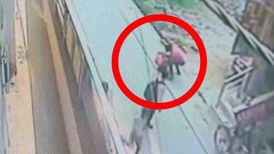 Hình ảnh trong đoạn ghi hình cho thấy không ai dừng lại giúp đỡ. Ảnh: INDIA TODAY