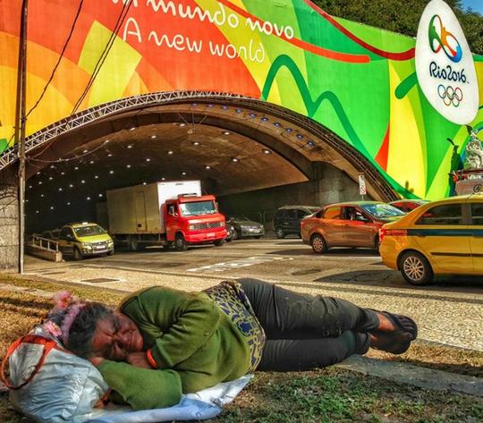 Một người vô gia cư ở thành phố Rio de Janeiro, Brazil. Ảnh: Felipe Barcellos.
