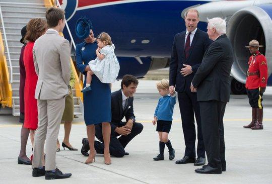 Thủ tướng Canada Justin Trudeau làm quen Hoàng tử George. Ảnh: THE CANADIAN PRESS