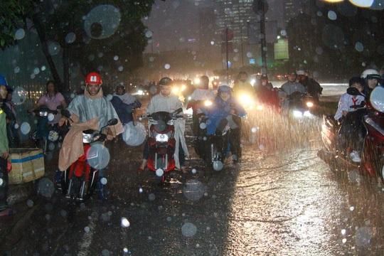 Nhiều xe máy phải dắt bộ do bị chết máy trong trận mưa tối 26-9