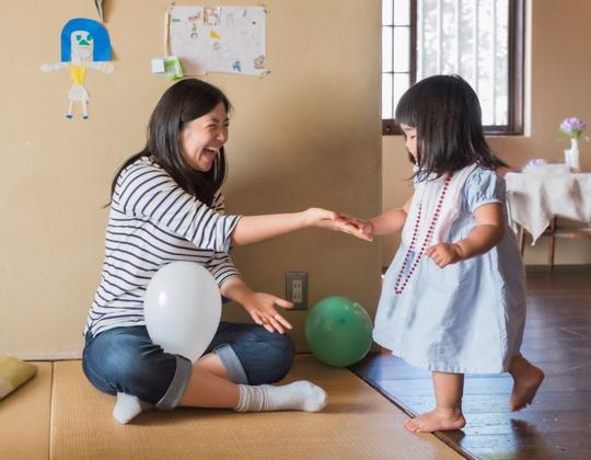 Hãy để bé thỏa thích vui chơi cùng mẹ