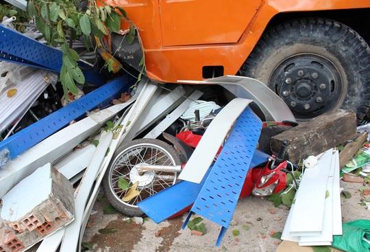 1 trong 5 chiếc xe máy bị xe cẩu ủi rồi cuốn vào gầm