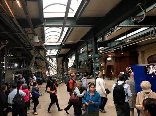 Cảnh tượng đổ vỡ bên trong nhà ga. Ảnh: REUTERS