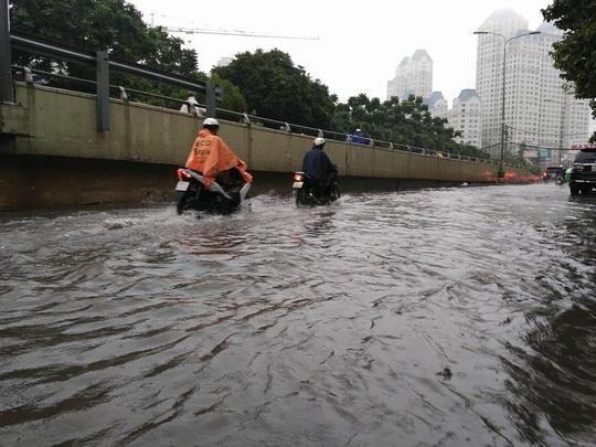 Đường Nguyễn Hữu Cảnh lại bị ngập nước khá sâu