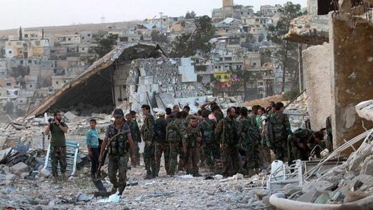Quân chính phủ Syria xuất hiện tại TP Aleppo. Ảnh: EPA
