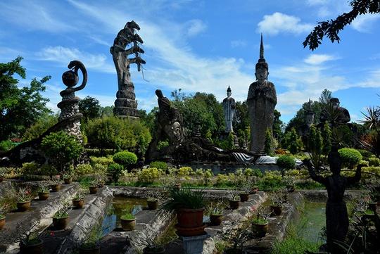 Sala Kaeo Ku là tên một vườn tượng Phật ngoài trời, hiếm có ở Thái Lan. Công trình này được dựng lên từ năm 1978 và các bức tượng vẫn không ngừng được xây mới. Tại đây, du khách sẽ được chiêm ngưỡng những bức tượng cao lớn, phủ màu rêu phong, mô phỏng các truyền thuyết trong Phật giáo. Trong đó ấn tượng nhất là bức tượng Phật ngồi dưới rắn thần Naga 7 đầu. Ảnh: Vy An.
