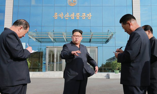Quan chức y tế chăm lo cho nhà lãnh đạo Triều Tiên Kim Jong-un đào tẩu sang Hàn Quốc. Ảnh: TÂN HOA XÃ