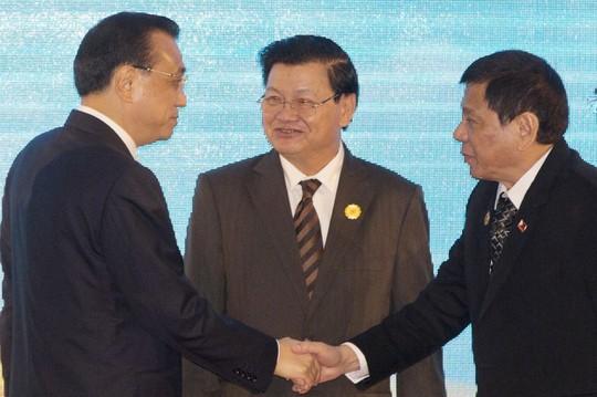 Thủ Tướng Trung Quốc Lý Khắc Cường (trái) và Tổng Thống Rodrigo Duterte của Philippines tại hội nghị thượng đỉnh ở Lào hồi tháng 9. Hình: AP