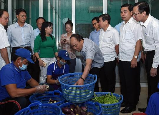 Thủ tướng xuống tận nơi chế biến thực phẩm của cơ sở Tú Anh. Ảnh: VGP/Quang Hiếu