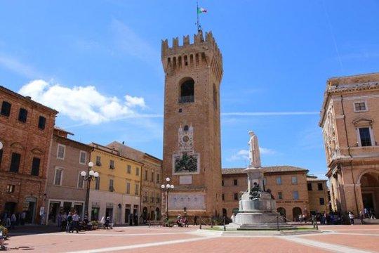 Tháp Torre del Borgo ở quảng trường Piazza Leopardi - Ảnh: twimg.com