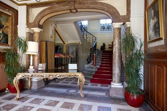 LHotel de Pourtalès là một trong những khách sạn hàng đầu của Paris. Nơi đây chỉ có 9 căn hộ cho giới siêu giàu và những ngôi sao hạng A thuê. Thiết kế nội thất của khách sạn do Mathieu Rupin, một nhà thiết kế lừng danh thực hiện.