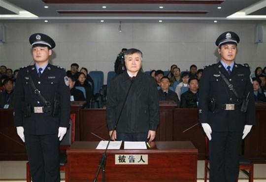 Nhà chức trách phát hiện ông Ngụy giấu hơn 200 triệu nhân dân tệ tiền mặt (tức hơn 30 triệu USD) trong nhà. Ảnh: XINHUA
