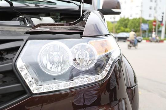 UAZ Pick Up mang đậm vẻ hầm hố, thể thao của dòng bán tải song những chi tiết đèn LED đầu xe, lưới tản nhiệt hay hốc chắn gió cũng khá trau chuốt.