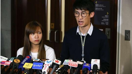Hai nghị sĩ Du Huệ Trinh (trái) và Lương Tụng Hằng phát biểu trước báo giới ngày 17-10. Ảnh: SCMP