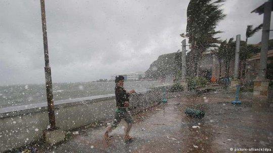 Philippines sơ tán hàng triệu người vì bão Haima. Ảnh: DPA