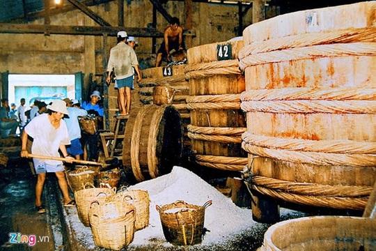 Tổ chức sản xuất nước mắm có quy mô lớn đầu tiên tại Phan Thiết là Liên Thành Thương Quán (sau là Công ty Liên Thành), do các nhà nho yêu nước trong phong trào Duy Tân sáng lập từ năm 1906, hướng theo mục đích kinh doanh chấn hưng kinh tế, phát triển nhiều cơ sở sản xuất nước mắm Phan Thiết.