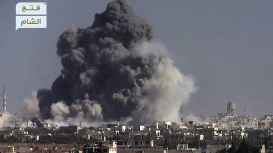 Khói đen bốc lên trong một vụ đánh bom chống lại lực lượng chính phủ Syria ở phía Tây Aleppo. Ảnh: AP