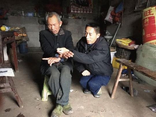 Hai người đi cùng ông Dương tả cảnh họ bị còng trong xe. Ảnh: IFENG