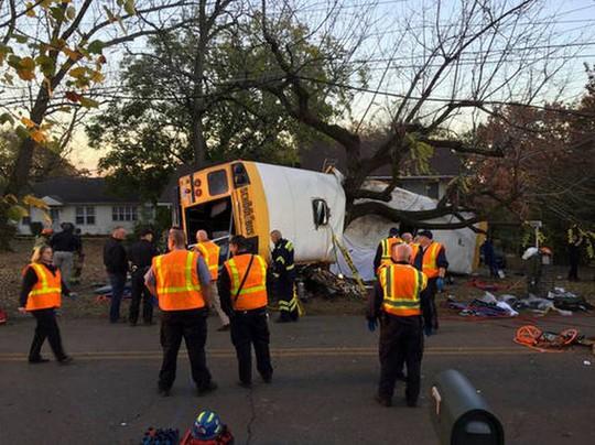 Hiện trường vụ tai nạn xe buýt. Ảnh: AP