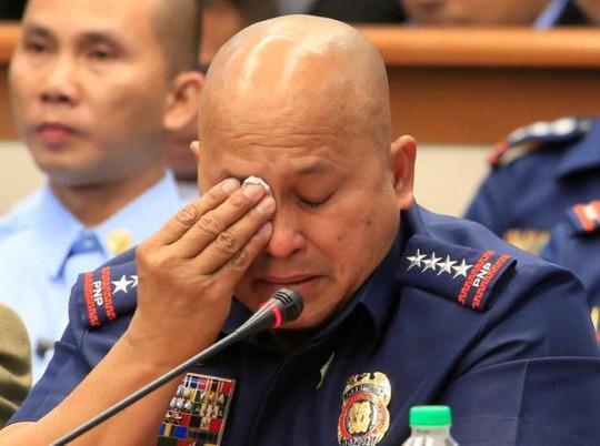 Cảnh sát trưởng quốc gia Philippines Ronald Dela Rosa bật khóc khi trả lời các câu hỏi ở Thượng viện ngày 23-11. Ảnh: REUTERS