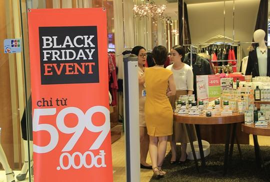 Đồng loạt giảm giá các sản phẩm thời trang. Ảnh: Thái Nguyễn.