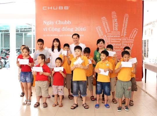 Đại diện Chubb trao những suất học bổng đến các em vượt khó học tốt