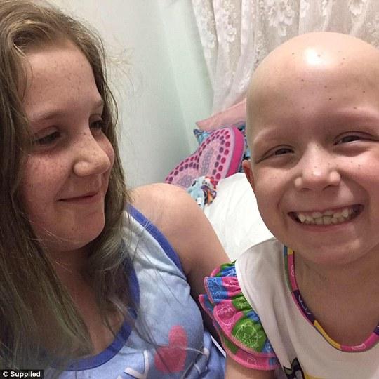Bé Hayley Brown 7 tuổi đã bị rụng hết tóc và lông mi sau 6 tháng hóa xạ trị.
