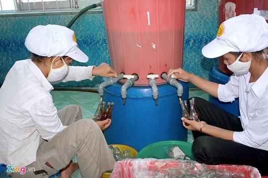 """Các cơ sở sản xuất nước mắm được cấp Giấy Chứng nhận ngoài việc khẳng định thương hiệu, chất lượng sản phẩm của đơn vị mình còn có trách nhiệm trong việc khuếch trương, bảo vệ danh tiếng cho sản phẩm truyền thống của địa phương để phát triển sản phẩm, thương hiệu nước mắm """"Phan Thiết"""" trên thị trường trong nước và tiến tới xuất khẩu."""