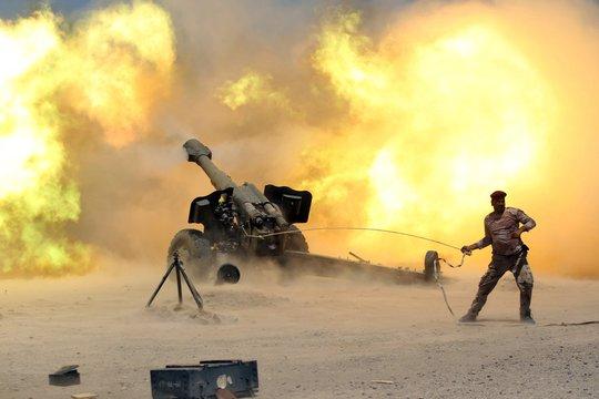 Một thành viên lực lượng an ninh Iraq bắn pháo trong cuộc chiến tái chiếm TP Falluja, Iraq từ tay IS hôm 29-5. Ảnh: Reuters