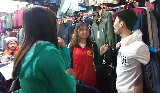 Được thử thoái mái trước khi mua nên các bạn trẻ này rất hào hứng đi lùng những món đồ giá rẻ với túi tiền sinh viên.