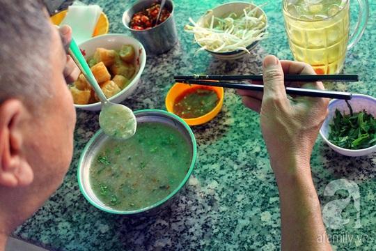 Cái tình cùng hương vị đậm đà của quán cháo vẫn đủ sức lôi cuốn bao lớp người Sài Gòn.