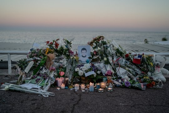Tưởng niệm nạn nhân thiệt mạng trong vụ tấn công khủng bố ở TP Nice - Pháp hôm 16-7. Ảnh: New York Times