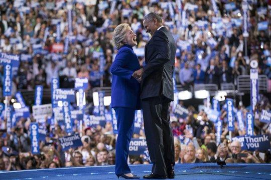 Bà Hillary Clinton (trái) và Tổng thống Barack Obama tại Đại hội đảng Dân chủ hôm 27-7. Ảnh: New York Times