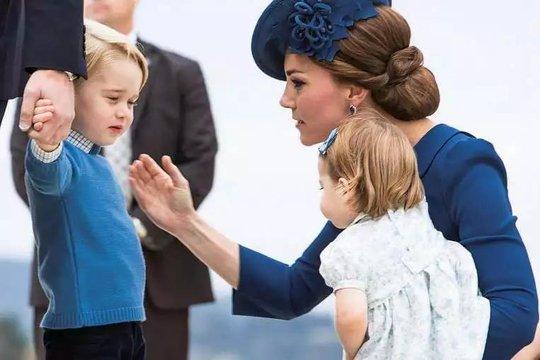 Hoàng tử George và mẹ tại sân bay hôm 24-9 Ảnh: REUTERS
