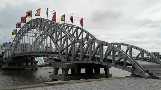 Cầu đi bộ bắc qua sông Kiên đã đưa vào sử dụng kịp mùa lễ hội.