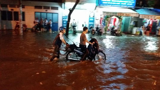Nước ngập trên đường Thống Nhất (quận Tân Phú) - Ảnh bạn đọc Minh Thanh