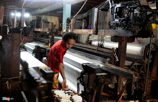 Trải qua nhiều thăng trầm, công nghệ dệt dần được thay mới để tạo năng suất cao hơn. Tuy vậy, hiện vẫn còn một số hộ dân tiếp tục duy trì sản xuất thủ công bằng máy dệt khung gỗ của gần 40 năm trước, như lưu giữ lại truyền thống một thời.